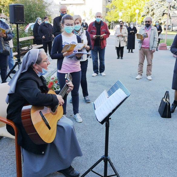 Nakon dvjesto dana izolacije - pjesma i molitva u dvorištu Doma za starije