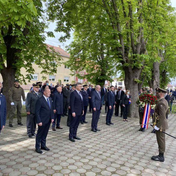 Državna izaslanstva položila vijence pored spomen obilježja u Okučanima